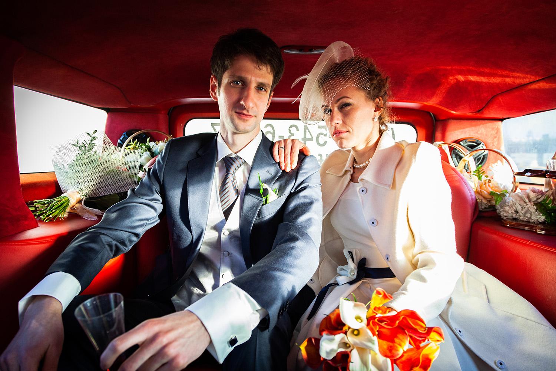 фотография молодоженов в лимузине в день свадьбы