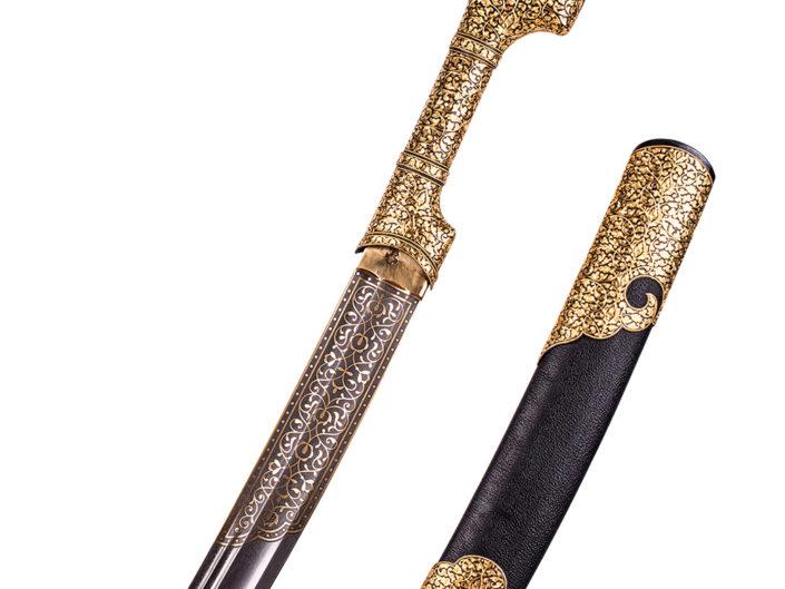 фотография рукоятки и верхней части ножн боевой шашки инкрустированной золотом